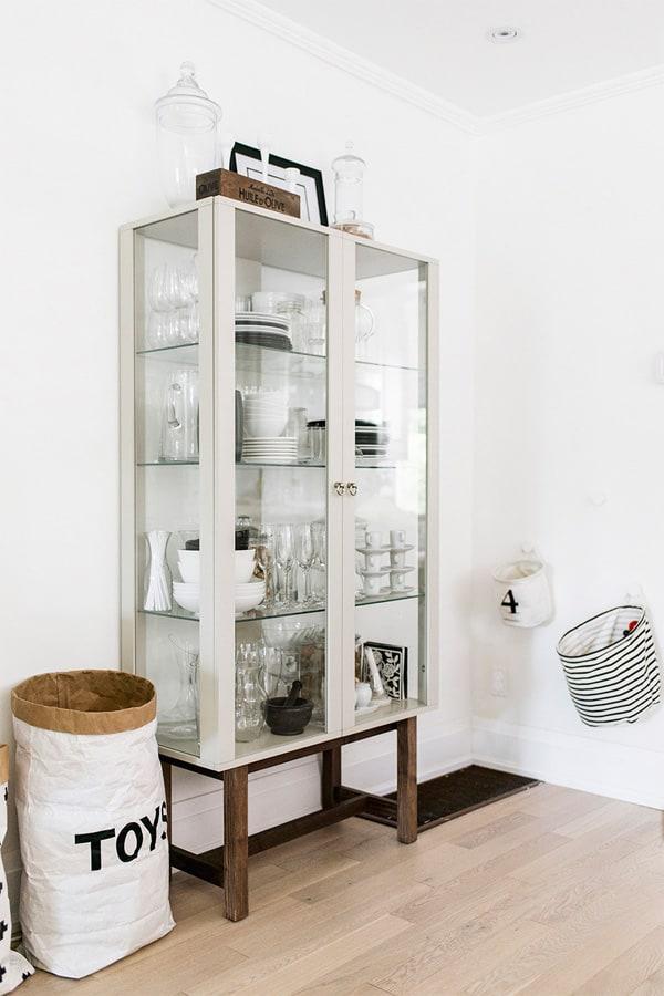 Tủ đựng chén sạch sẽ trung với gam màu lạnh hiện đại của căn nhà