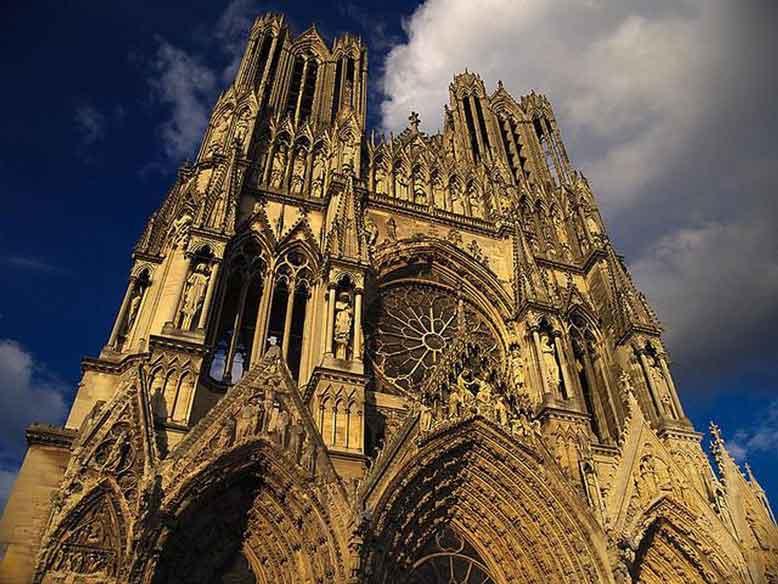 Nhà thờ Đức Bà Reims tồn tại từ thời trung cổ, trải qua 800 năm lịch sử