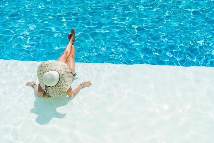 bạn đừng quên rửa mặt với nước sạch sau khi đi bơi